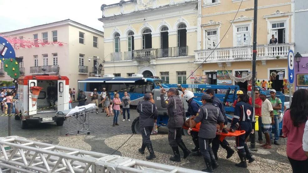 Quatro pessoas que trabalhavam no local ficaram feridas após o palco desabar no Pelourinho, em Salvador (Foto: Corpo de Bombeiros/Divulgação)
