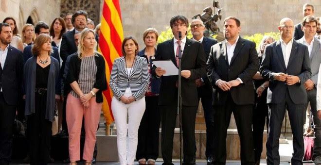 Carles Puigdemot anuncia la fecha del referéndum en el Palacio la Generalitat acompañado por los miembros de su Gobierno. | ALBERT GEA (REUTERS)