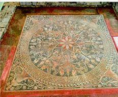 Χρυσό στεφάνι, µε φύλλα δρυός,  που προέρχεται από την ανασκαφή  του Αριστοτελείου Πανεπιστηµίου  Θεσσαλονίκης στις Αιγές το 2008 και  πρωτοεκτίθεται, µετά τη συντήρησή του,  στην έκθεση για τον Μεγαλέξαντρο στο  Μουσείο Ασµόλιαν της Οξφόρδης. Το  στεφάνι εµφανίζεται στην έκθεση να  ανήκει - όπως και όλα τα εκτιθέµενα  ευρήµατα - στις ανασκαφές της ΙΖ'  Εφορείας Αρχαιοτήτων, προκαλώντας  την αντίδραση των υπευθύνων της  πανεπιστηµιακής ανασκαφής