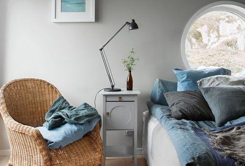 Dormitorio azul + gris, casa con vistas al Báltico