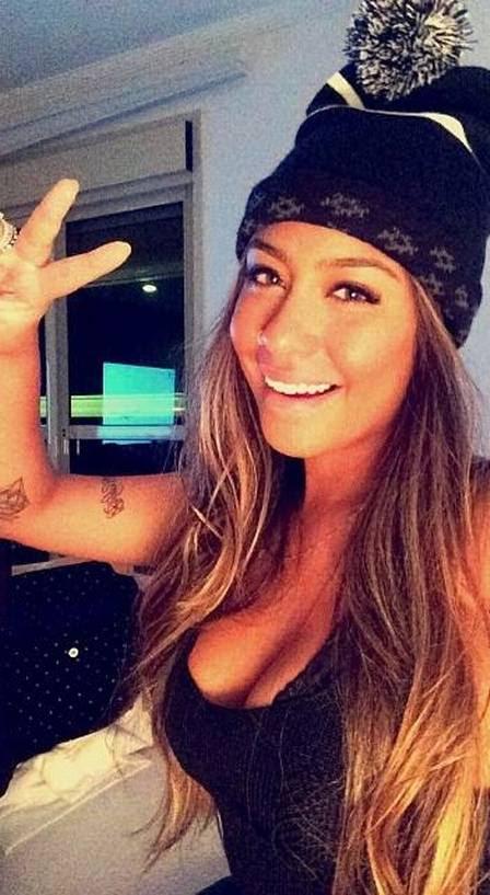 Rafaella Santos, irmã de Neymar, faz selfie com blusa decotada