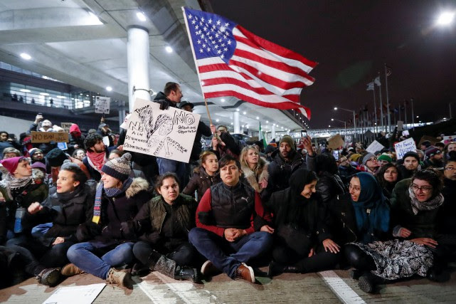 Des manifestants se sont mobilisés aux quatre coins... (PHOTO REUTERS)