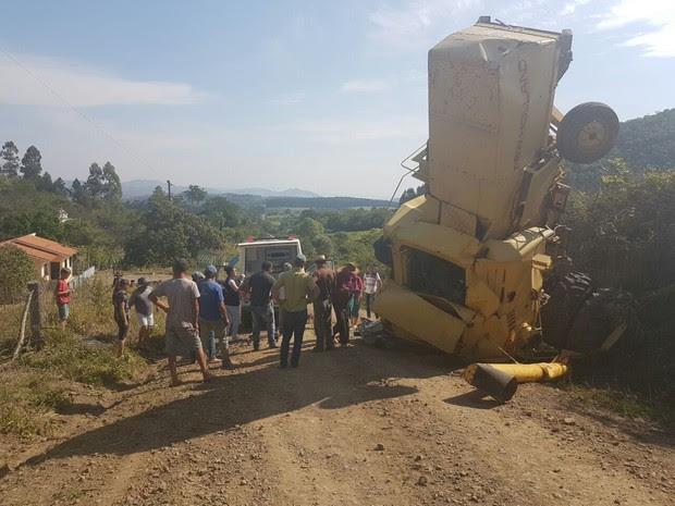 Moradores ajudaram no resgate do motorista, que ficou preso na cabine da colheitadeira (Foto: Anderson Rebinski/Arquivo Pessoal)