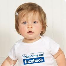 criança com camiseta do facebook