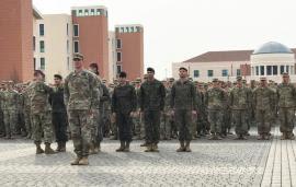 Formación con los militares españoles al frente