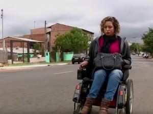 Fernanda relata falta de ônibus e calçadas adaptadas (Foto: Reprodução/RBS TV)