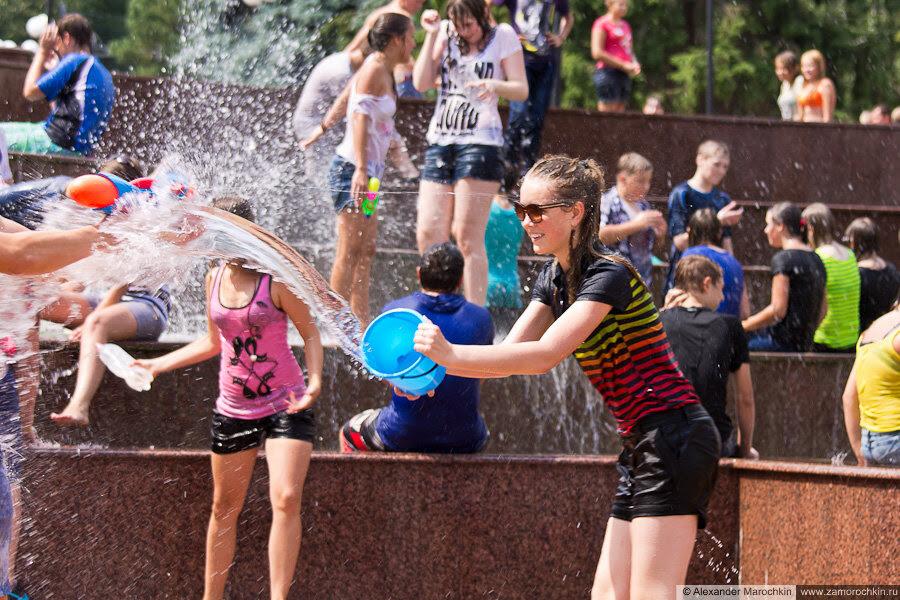 Водный батл, девушка плескает водой из ведра
