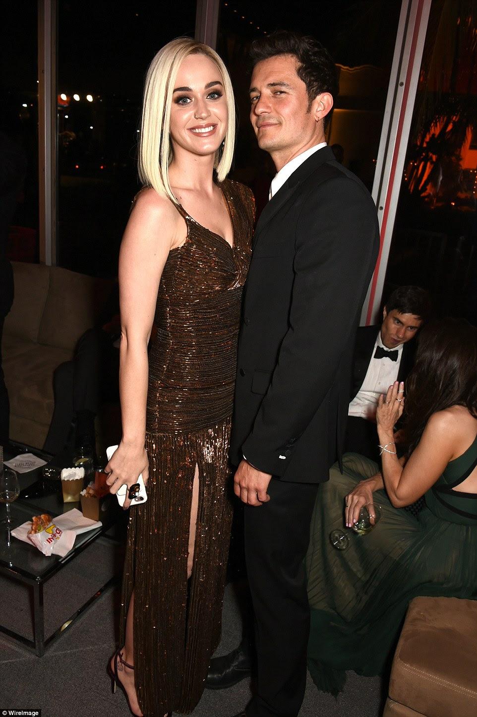 Olhar do amor: Katy pendurou com seu noivo Orlando Bloom, 40, que smouldered em um smoking preto cabido