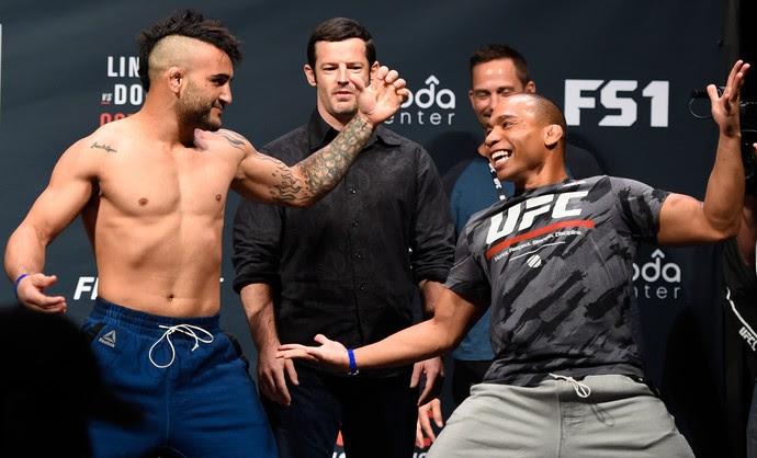 John Lineker e John Dodson fizeram encarada espirituosa na pesagem cerimonial do UFC Portland (Foto: Getty Images)