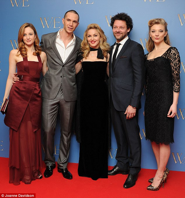 O grupo inteiro: Madonna posa com Andrea Riseborough, James D'Arcy, Richard Coyle e Natalie Dormer