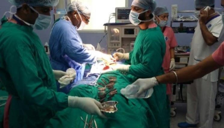 Médicos retiram facas do estômago de paciente na Índia