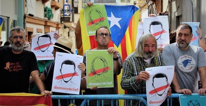 Algunos de los manifestantes que protestaron este sábado,en Palma de Mallorca, contra las acciones de Rajoy para frenar el referéndum en Catalunya. EUROPA PRESS