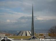 Al lado del Museo del Genocidio Armenio se erige Tsitsernakaberd, el monumento dedicado a las víctimas.