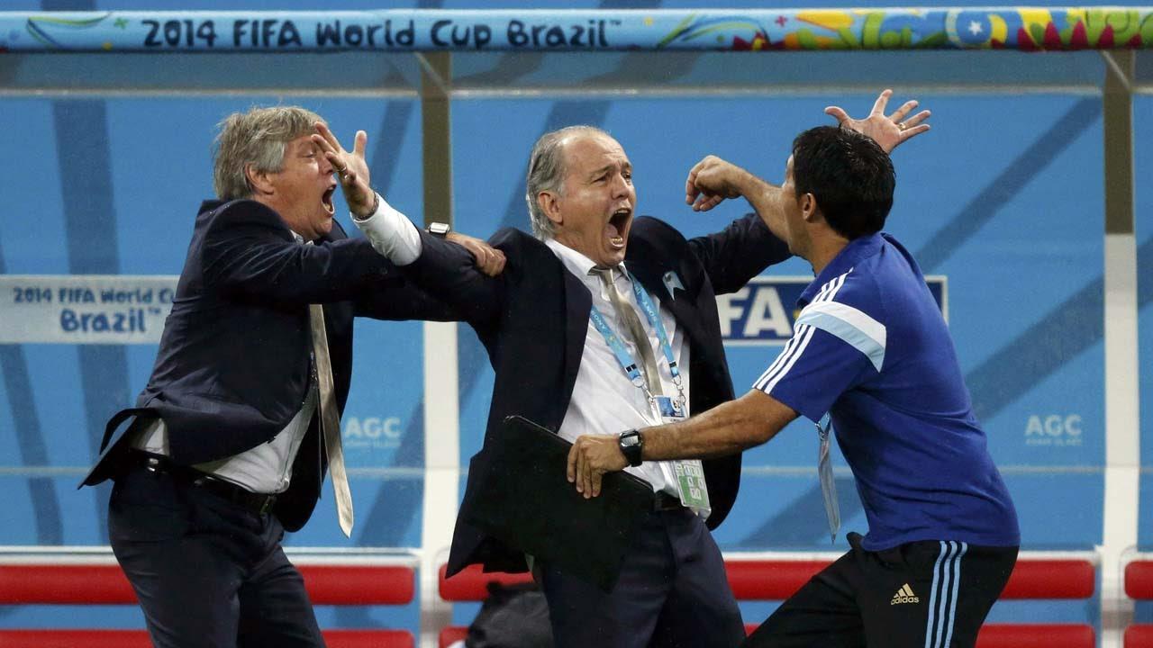 FESTEJO. Alejandro Sabella festeja con sus ayudantes la victoria frente a Holanda. (REUTERS/Sergio Moraes )