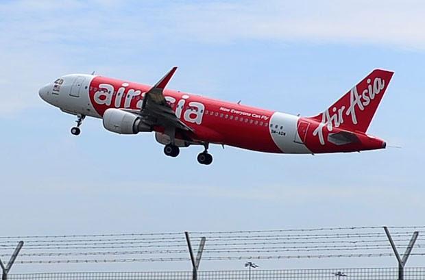 Foto tirada em maio deste no aeroporto de Kuala Lumpur mostra Airbus A320-200 da AirAsia, similar ao que desapareceu (Foto: Joshua Pau/AP)