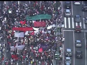 Protesto contra a Copa de 2014 fecha uma pista da Avenida Paulista/GNews  (Foto: Reprodução GloboNews)