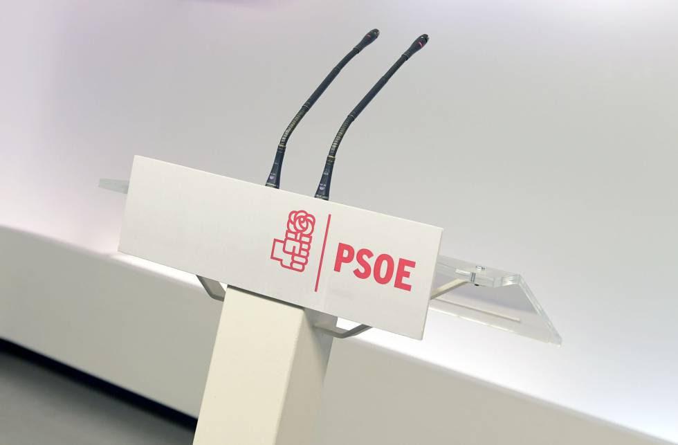 El atril de la sede de PSOE en Madrid desde el que Pedro Sánchez explicó ayer a los medios su dimisión.rn rn