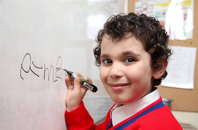 Um menino de apenas quatro anos de idade chamado Sherwyn Sarabi surpreendeu o mundo após testes revelarem que ele tem o QI (Quociente de Inteligência) igual ao de dois dos maiores físicos do século XX, o austríaco Albert Einstein e o inglês Stephen Hawking