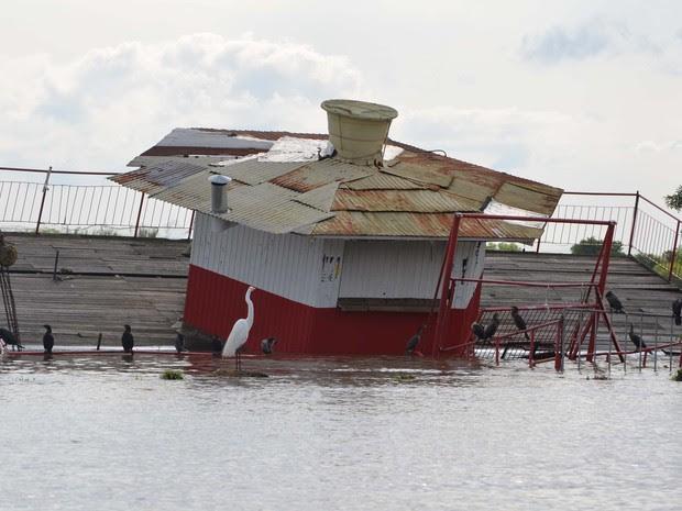 Enchente no Guaíba em Porto Alegre neste sábado (17) (Foto: Diego Jonko/Futura Press/Estadão Conteúdo)