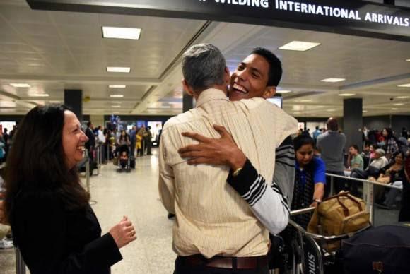 Jorgito Jerez llega al aeropuerto de Dulles 2 horas antes de comenzar su primera presentación.