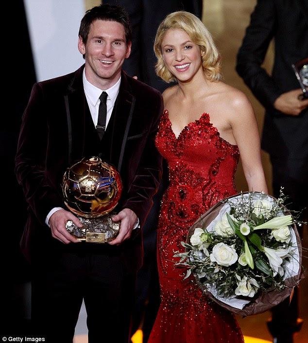 Vencedor: Shakira estava na mão de felicitar argentino Lionel Messi Barcelona jogador para pegar o troféu cobiçado