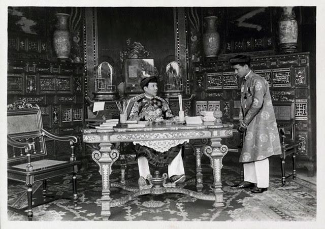 1919 - Sa Majesté Khai Dinh, et son secrétaire particulier