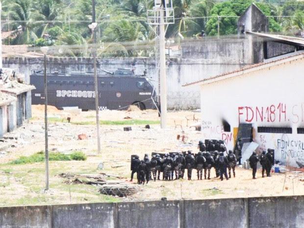 Veículo blindado da PM foi o primeiro a entrar no presídio (Foto: Fred Carvalho/G1) (Foto: Fred Carvalho/G1)