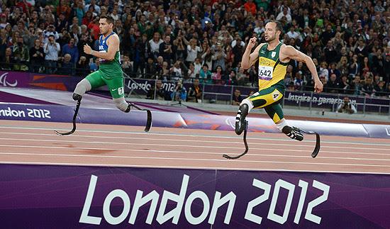 O brasileiro Alan Fonteles (à esq.) ultrapassa o sul-africano Oscar Pistorius nos metros finais dos 200 m