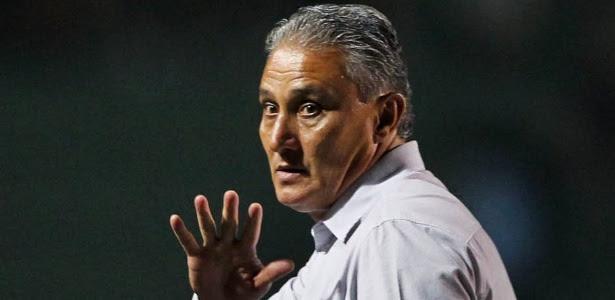 Tite, treinador do Corinthians, observa os jogadores de sua equipe