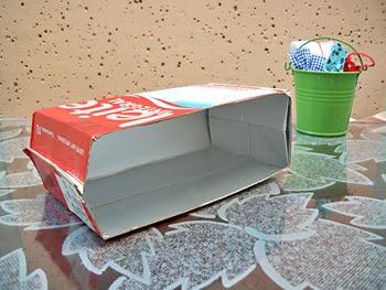 Corte a caixa de leite no sentido da altura