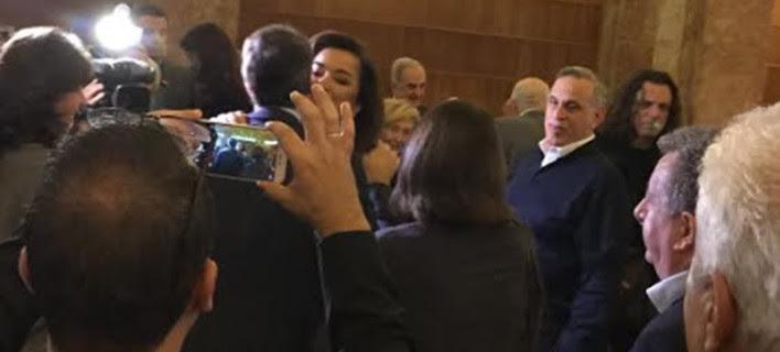 Το δημόσιο φιλί του Κυριάκου στην Ντόρα -Μια ημέρα αφού ξεκαθάρισε ότι δεν θα την κάνει υπουργό [εικόνες]