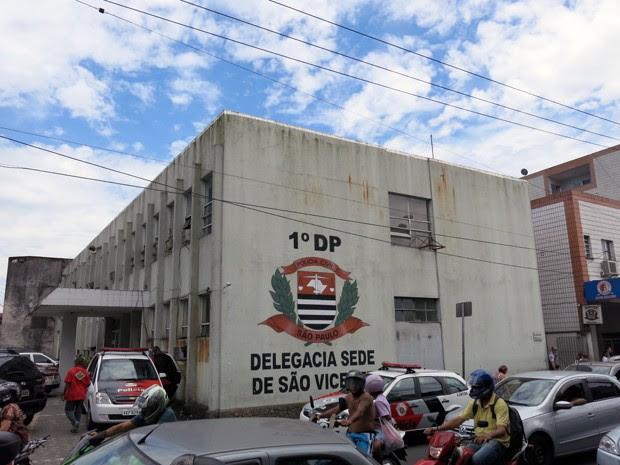 Ocorrência foi gerada na Delegacia Sede de São Vicente (Foto: Carolina Ramires/ G1)