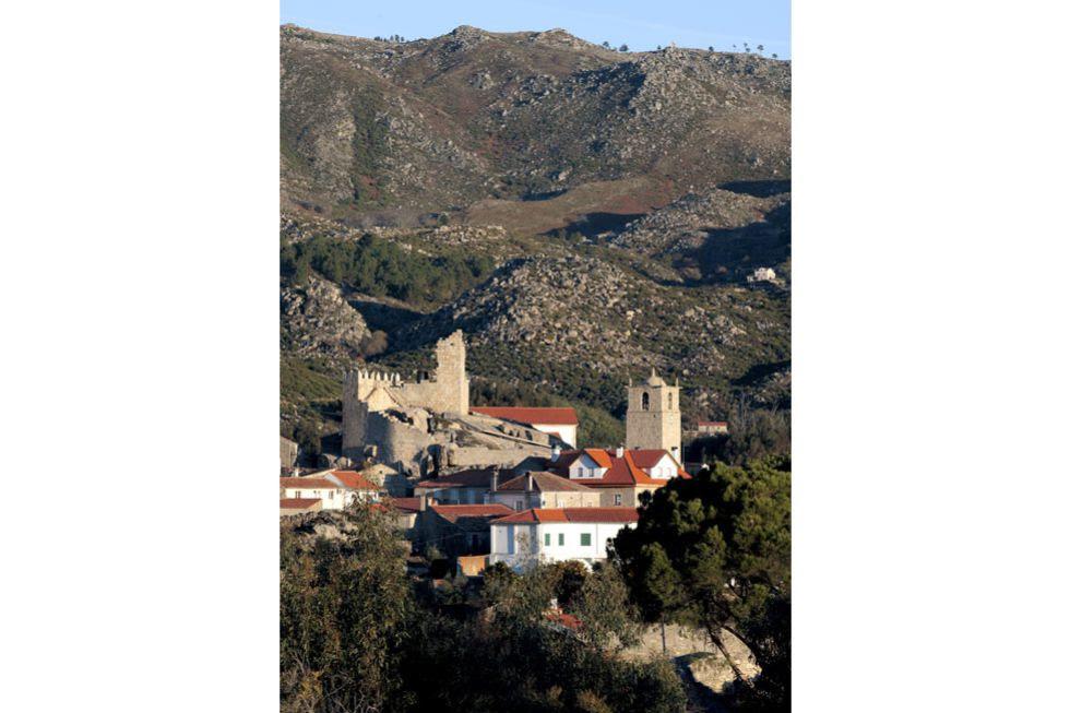 Uma das aldeias portuguesas de que mais gostava o Prêmio Nobel José Saramago em suas andanças portuguesas está localizada na Serra da Gardunha. Conserva um castelo do século XII, uma fonte barroca e um lagar comunitário talhado na rocha onde era pisada a uva para fazer vinho.