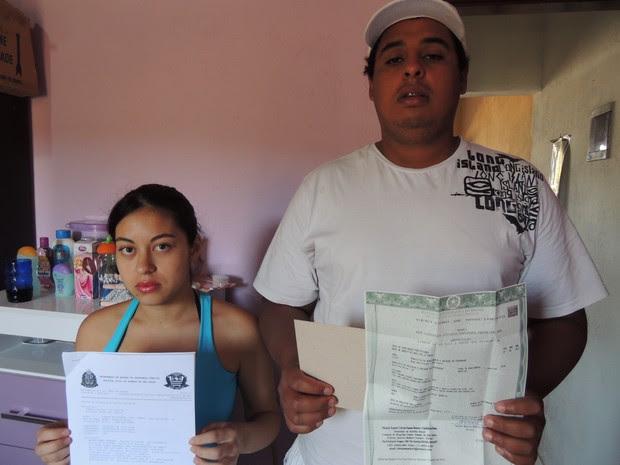 Paloma e Wellington com o boletim de ocorrência que registraram sobre o caso e a certidão de nascimento da filha (Foto: Pedro Carlos Leite/TV Diário)