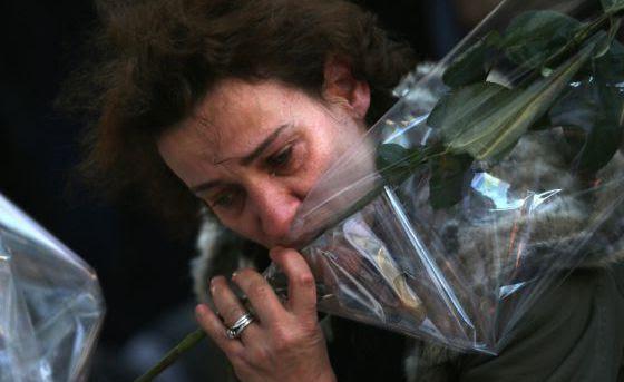 Una mujer deja flores en La Belle Equipe, uno de los restaurantes atacados en París