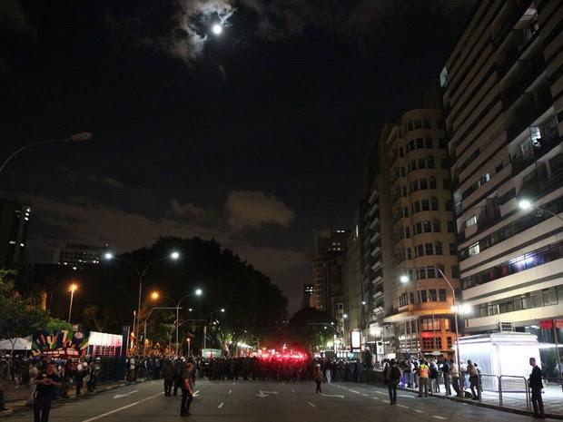 Cordão da polícia impede que os manifestantes ultrapassem limite estabelecido previamente (Foto: Marcelo Brandt/G1)