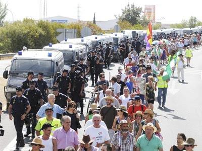 Varios centenares de jornaleros del Sindicato Andaluz de Trabajadores (SAT) acompañados por la Policía Nacional, momentos antes de su entrada a la localidad sevillana de Dos Hermanas - EFE