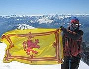 Peter sulla vetta del Monte Bianco durante una precedente  spedizione (da Facebook)