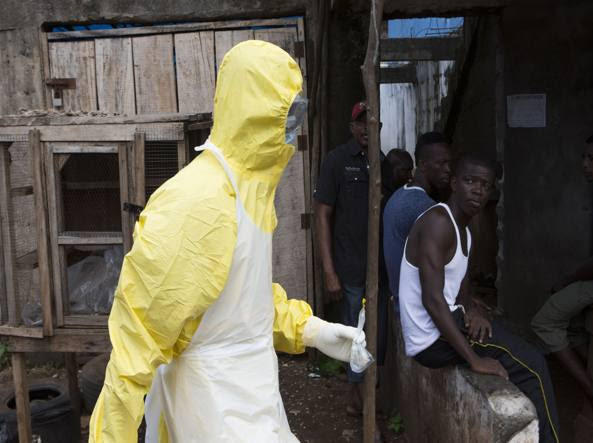 Operatori sanitari in Sierra Leone (Reuters)