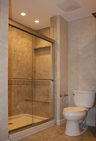 Small bathrooms with jacuzzi bathroom designs in pictures for Bathroom designs pictures 2010