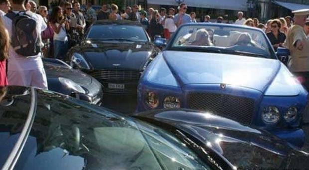 Em julho de 2011, a motorista de um Bentley Azure provocou um acidente com outros quatro veículos de luxo no Principado de Mônaco. A mulher colidiu contra uma Mercedes S Class, uma Ferrari F430, um Porsche 911 e um Aston Martin Rapid.  (Foto: Reprodução)