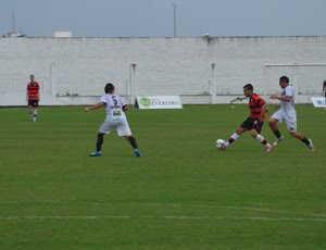 Campinense não consegue chegar ao gol durante o primeiro tempo da partida (Foto: Larissa Keren / GloboEsporte.com/pb)
