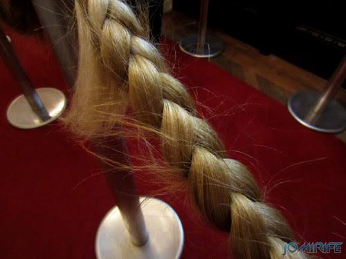Joana Vasconcelos - Una dirección 2003 (2) aka Separadores de pessoas com cabelos artificiais [EN] One direction - People separators with artificial hair
