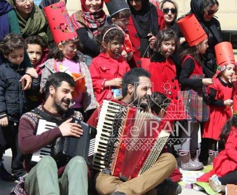Les musiciens de rue célèbrent la fête de Hdji Firouz