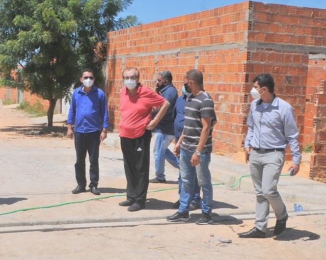Prefeito Mão Santa visita obras de calçamento no João XXIII e construção de creche modelo no bairro Catanduvas