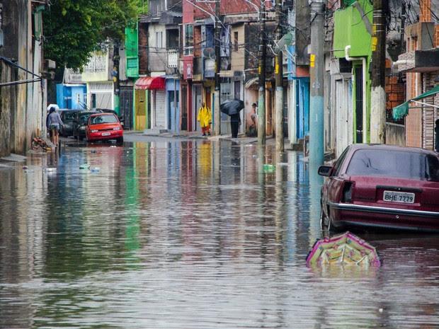 Alagamento toma sessão inteira da rua Agreste de Itabaiana, na Zona Leste de São Paulo, durante chuva que atinge a capital paulista (Foto: Gero/Estadão Conteúdo)