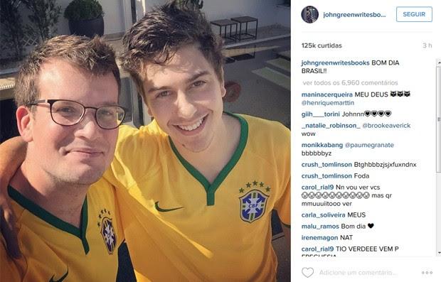 John Green e Nat Wolff, escritor e ator de 'Cidades de papel', divulgam filme no Brasil (Foto: Reprodução / Instagram)