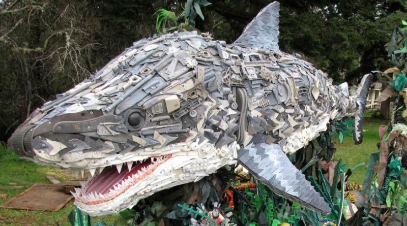 escultura feita com lixo