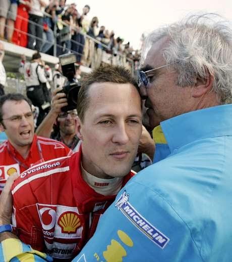 O heptacampeão mundial de Fórmula 1 Michael Schumacher comunica-se com os olhos