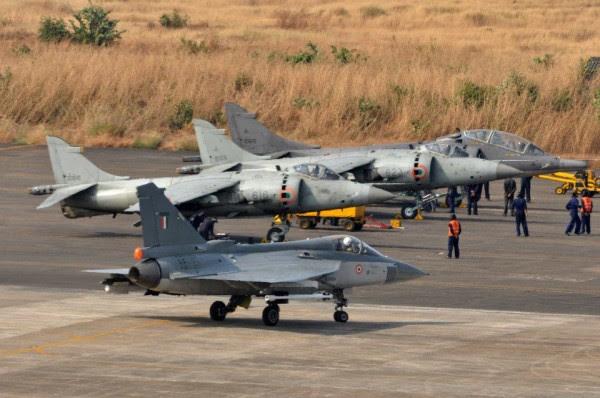 El Tejas puede ser pequeño en comparación con la pequeña Sea Harrier.